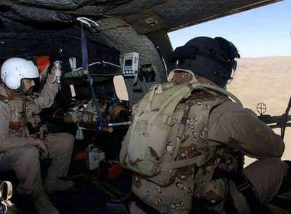 Soldados del contingente español en Afganistán participan en un simulacro de evacuación de heridos en Herat.