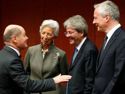 El ministro alemán de Finanzas, Olaf Scholz (izquierda), conversa con la presidenta del Banco Central Europeo, Christine Lagarde: el comisario de Economía de la UE, Paolo Gentiloni; y el ministro francés de Economía, Bruno Le Maire, el 17 de febrero durante la reunión del Ecofin en Bruselas.