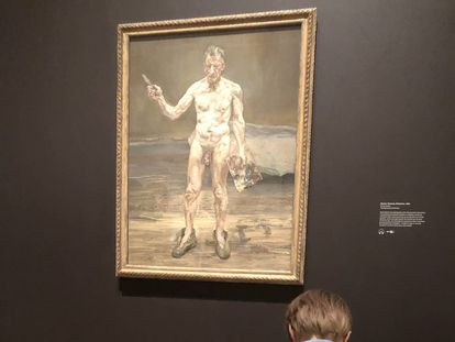 Un niño copia el autorretrato de Lucien Freud en la Royal Academy of Arts de Londres