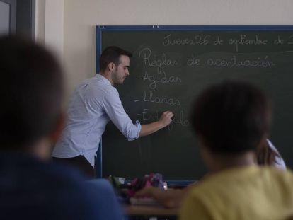Un profesor da clase en el colegio público Doña Rosa Fernández, en Gelves (Sevilla)