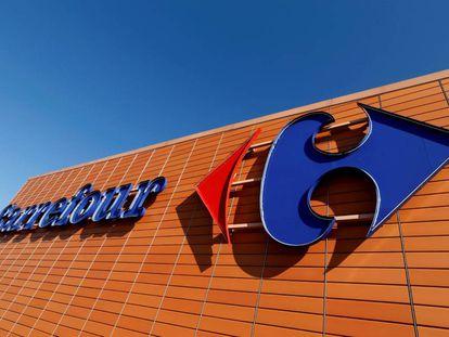 Un logo de Carrefour en Toulouse (Francia).