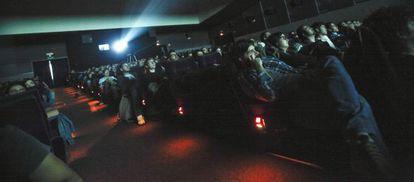Espectadores en una sala donde se reponen películas clásicas.