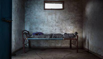 Depósito de cadáveres del hospital de Médicos Sin Fronteras de Agok, en la Zona Administrativa Especial de Abyei, en Sudán del Sur. Nyaluak Mut Kuol murió a las 10.30 de la mañana del 13 de agosto de 2011 a consecuencia de varias enfermedades y de su debilidad extrema.