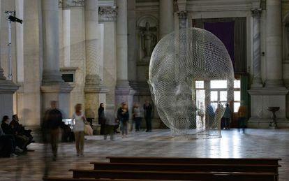 La obra de Jaume Plensa en la basílica de San Giorgio Maggiore, en Venecia.