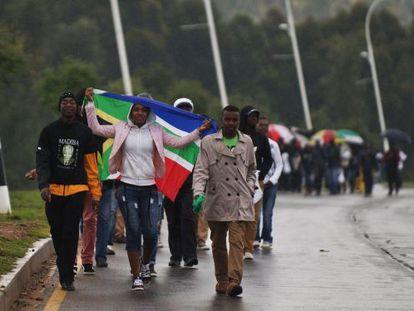 Decenas de sudafricanos salen del estadio tras la ceremonia.