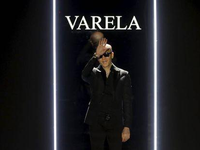 Felipe Varela saluda al final de su desfile en Cibeles el pasado febrero.