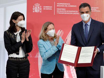 El presidente del Gobierno, Pedro Sánchez (d), junto a la ministra de Justicia, Pilar Llop (i), y la vicepresidenta primera y ministra de Asuntos Económicos, Nadia Calviño (c).