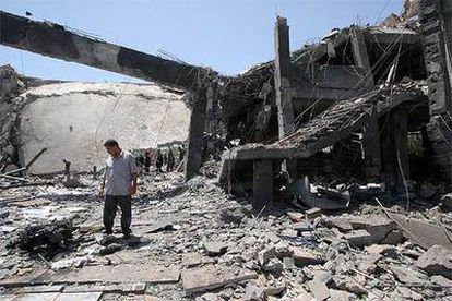 Un egipcio, entre las ruinas de lo que fue un hotel de cuatro estrellas, Ghazala Gardens, en el barrio de Naama Bay.