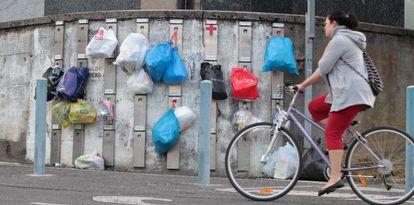 Imagen de los colgadores donde los vecinos de Usurbil (Gipuzkoa) colocan las bolsas de basura.