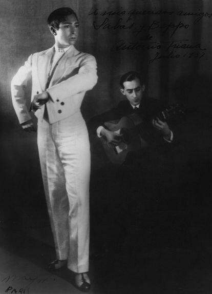 Fotografía de Man Ray de 1927 en la que se ve al bailaor Antonio de Triana y, al guitarrista Sabas Gómez Marín, por quien dejó Beppo a su marido, el príncipe tunecino Abdul Wahab. La foto está dedicada por Antonio de Triana a Sabas y Beppo.