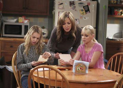 Desde la izquierda, las actrices Sadie Calvano, Allison Janney y Anna Faris en una imagen de 'Mom'