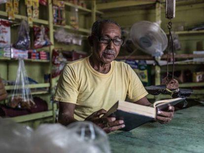 Ernesto Aquino tiene un colmado en un barrio periférico de Santo Domingo (República Dominicana).