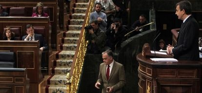 Zapatero se dirige a la bancada popular en el Congreso de los Diputados