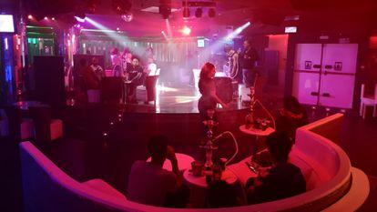 Clientes de Center Mambo Latino, una discoteca en los bajos de Azca, Madrid.