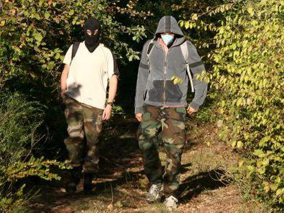 Dos policías franceses salen de un zulo cercano a Montpellier.