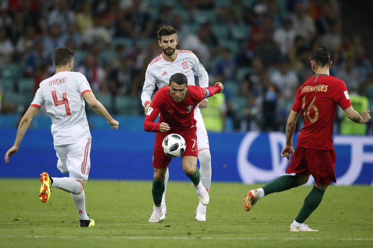 Ronaldo controla un balón durante el Portugal-España del Mundial 2018.
