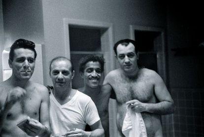 El núcleo del Rat Pack, en una sauna, el segundo por la derecha Sammy Davies Jr.