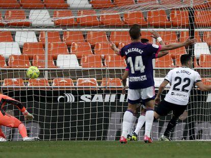 Maxi Gómez marca el primero de sus dos goles ante el Valladolid este domingo en Mestalla.