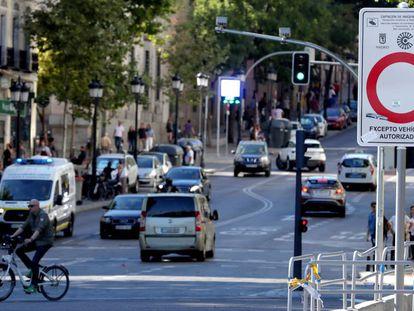 Tráfico de vehículos en la zona de bajas emisiones Madrid Central, el pasado mes de septiembre.