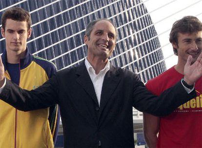 El presidente valenciano, Francisco Camps, presentando ayer un campeonato de tenis.