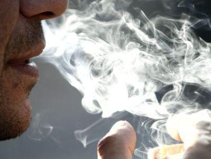 Un hombre fuma en una imagen de archivo.