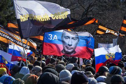 Cientos de personas se manifiestan contra la versión de la ópera 'Tannhauser' de Wagner representada en Novosibirsk, el domingo.