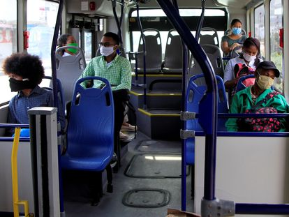 Usuarios del sistema de transporte masivo Transcaribe viajan en uno de sus buses este martes en Cartagena (Colombia).