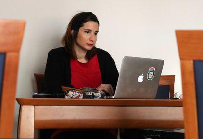 Isabel Garrido, profesora de Economía interina y opositora en su domicilio de Madrid.