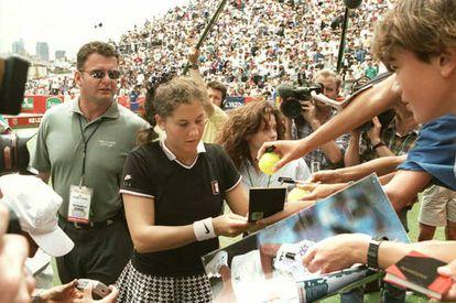 Antes de cumplir 20 años, Monica Seles había ganado ocho grandes títulos empuñando la raqueta con las dos manos y berreando alaridos con cada golpe. En la imagen, la tenista firma autógrafos tras una victoria en Sydney en 1996.