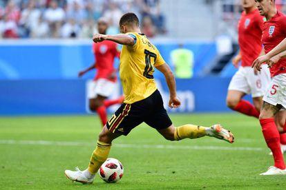 Hazard marca el segundo gol de Bélgica ante Inglaterra.