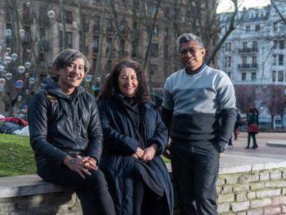 De izquierda a derecha, Indra Ameng, Ayşe Güleç y Ade Darmawan, en febrero en Bilbao.
