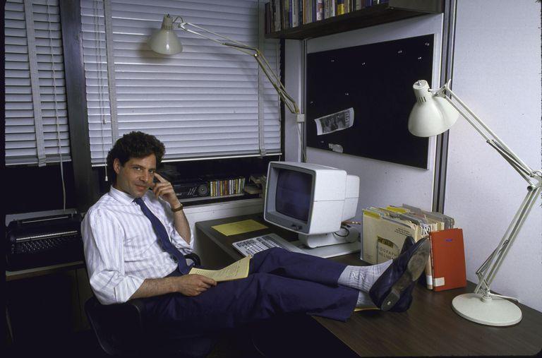 A Richard Stengel, redactor jefe de 'Time', no le pillan en un renuncio. En la imagen, el periodista frente a su ordenador preparado para cualquier reunión que pudiera surgir.