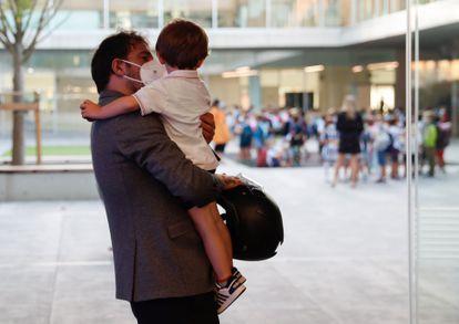 Un padre se despide de su hijo en un colegio en San Sebastián.