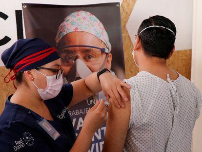 Un voluntario participa en un ensayo clínico de la vacuna de CanSino, en Oaxaca (México).