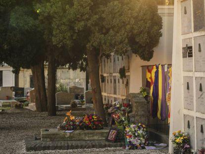 Cementerio de Collioure con la tumba de Antonio Machado adornada con flores y banderas republicanas.