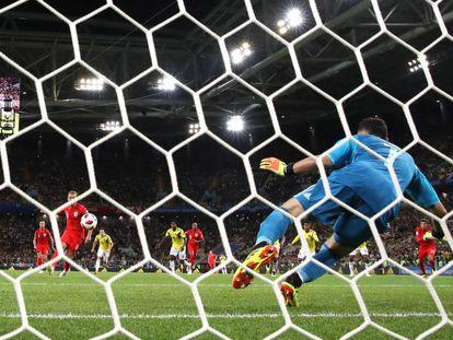 Harry Kane marca de penalti para Inglaterra en el encuentro ante Colombia.