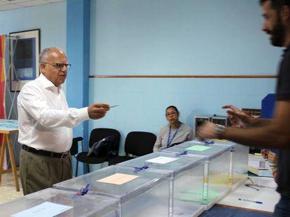 El candidato al Parlamento de Canarias por la Agrupación Socialista Gomera, Casimiro Curbelo, ejerce su derecho al voto en las pasadas elecciones.