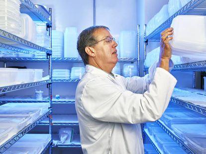 Anthony James, de la Universidad de California en Irvine, lleva toda su vida profesional investigando la manera de erradicar la malaria.