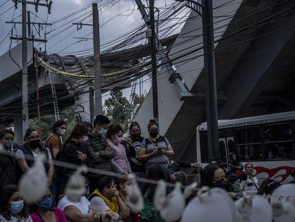Un grupo de personas participa en una vigilia tras el accidente de la línea 12 del metro de Ciudad de México, el 7 de mayo de 2021.