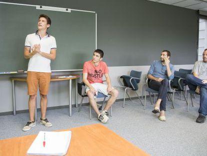 Los estudiantes Martí Gimeno y Marc Homs participando en el proyecto del Instituto de Ciencias Fotónicas de Castelldefels. A la derecha, los supervisores Arnau Riera y Ariel Bendersky.