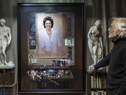 El retrato de Rita Barberá al fondo, con su autor, el pintor valenciano Luis Massoni.