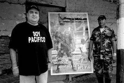 Francisco Javier Zuluaga (izquierda), el día antes de dejar las armas, en Santa Fe de Ralito.