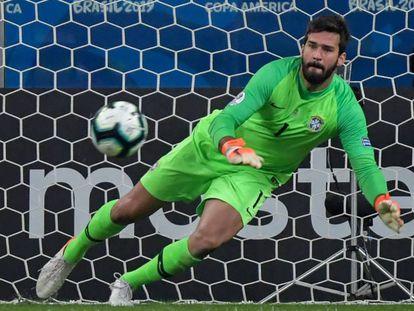 Alisson se lanza a detener un penalti en la tanda ante Paraguay.