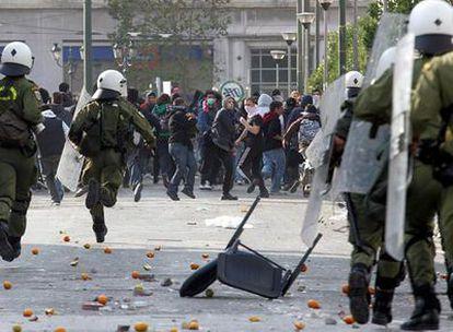 Manifestantes se enfrentan con efectivos policiales en el tercer día de disturbios en Grecia