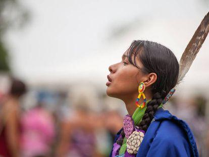 Una mujer viste un traje tradicional Mohawk en una celebración de la comunidad indígena, en 2015.