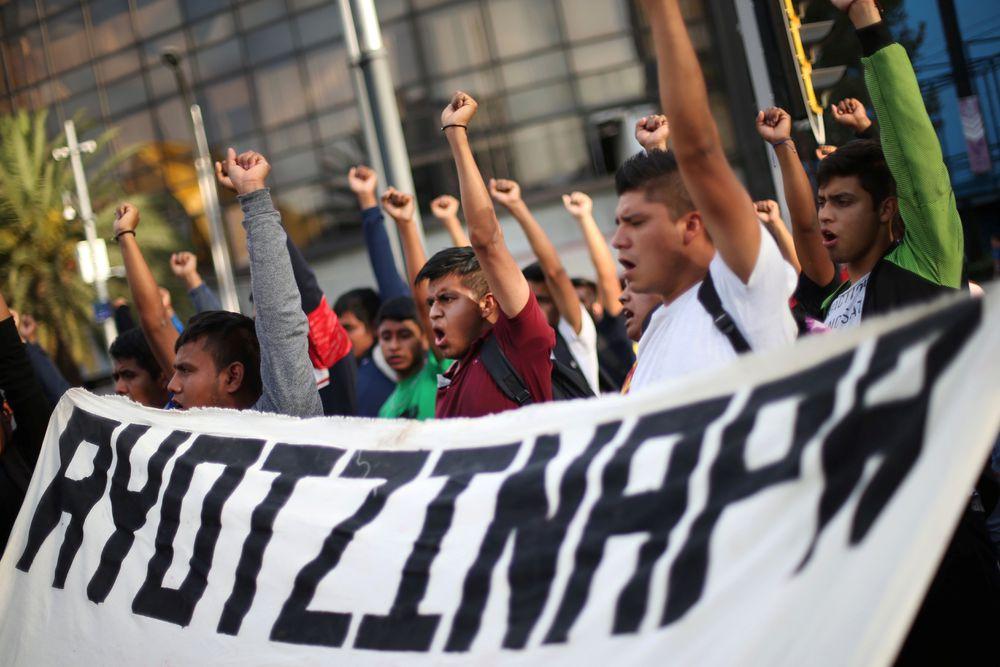 La fiscalía mexicana rehace el caso de los 43 de Ayotzinapa y ordena la captura de 50 servidores públicos