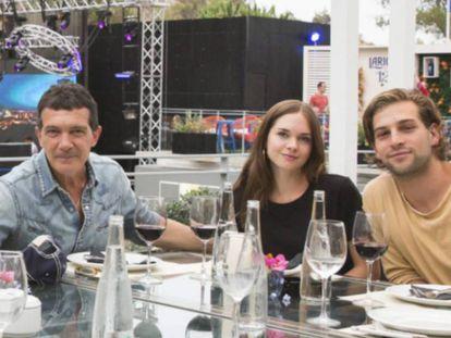 Antonio Banderas, Stella del Carmen y Eli Meyer, en Marbella el pasado julio.