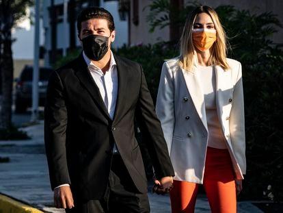 El candidato Samuel García acude junto a su esposa, Mariana Rodríguez, a emitir su voto en Monterrey este domingo.