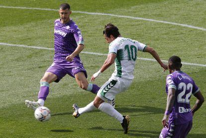 Pere Milla dispara en el área durante el partido ante el Betis este domingo en el estadio Manuel Martínez Valero, en Elche.