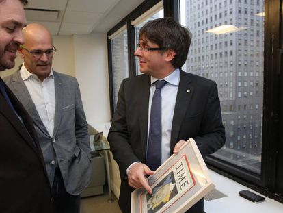 Carles Puigdemont y Raül Romeva (primero y segundo por la derecha), durante su visita a la delegación de la Generalitat en Nueva York.